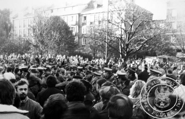 """1988 r. W Gdańsku wizyta Thatcher - przebicie się manifestantów przez kordon milicji - wtedy właśnie Jacek Matusiak zdobył czapkę MO - znajduje sie obecnie w Arch KK. """"S"""""""