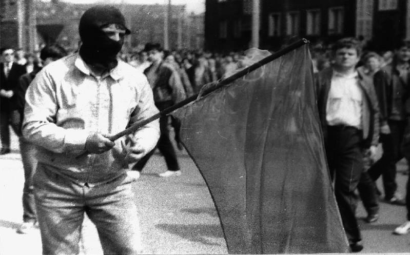 Palenie czerwonej flagi podczas manifestacji