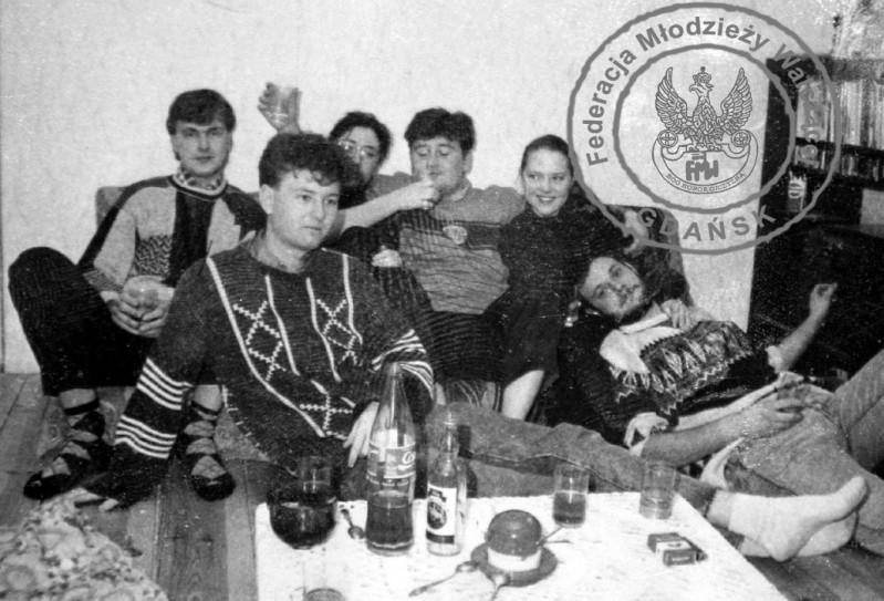 """Impreza u """"Jacka"""" FMW Gdańsk od lewej """"Toku"""", """"Jacek"""", """"Mona"""", Krzysiek, Ola. """"Kudłaty"""". Fot ze zbiorów Aleksandry Bakiery."""