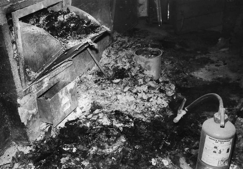 9 - Palone akta w piwnicy budynku KW PZPR