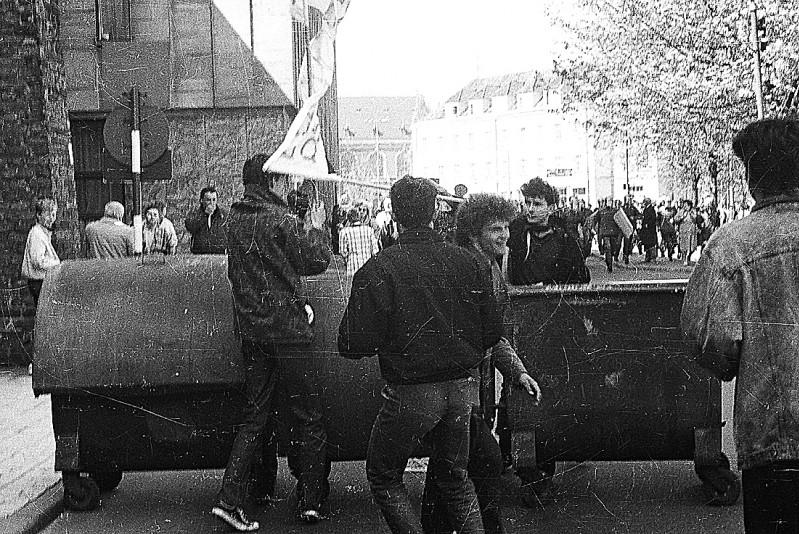 19 - 1 maja 1989 r., zadyma po happeningu - na foto. Bogdan Falkiewicz