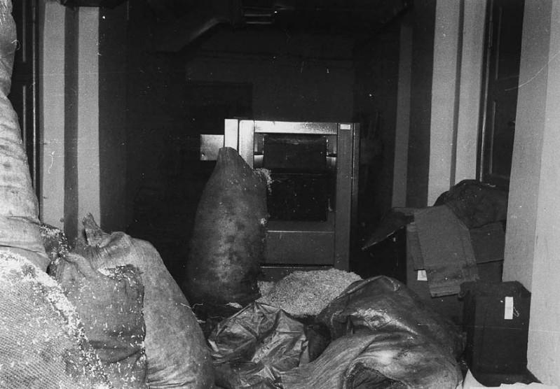 10 - Maszyny i zmielone akta w piwnicy KW PZPR